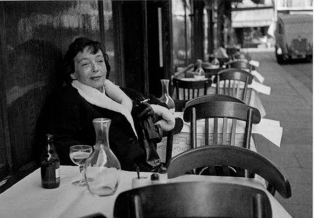 Marguerite DURAS au Petit Saint Benoit - PARIS - 1952 photo DOISNEAU