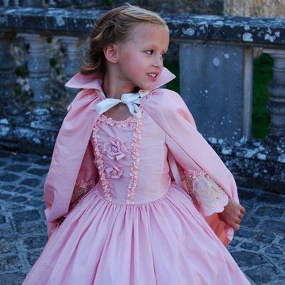 Robe princesse Marie Antoinette  à noter : la cape avec col monté & rigide