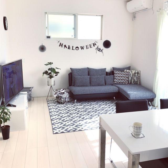 miiiさんの、部屋全体,観葉植物,ソファ,白い床,モノトーン,ポットスタンド,HALLOWEEN,ファー,ferm LIVING,カウチソファー,白が好き,白黒グレー,モノトーンインテリア,こどもと暮らす,DAIKEN,のお部屋写真
