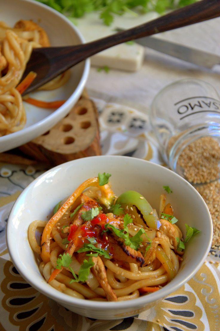 Tallarines con verduras y pollo. Receta asiática fácil paso a paso.