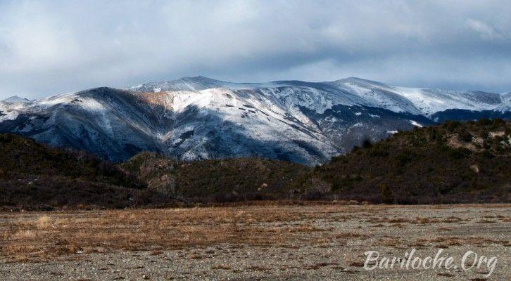 Buen Lunes para todos! La temperatura actual en Bariloche es de 5° y las montañas comienzan a recibir las primeras nevadas! Bariloche.Org