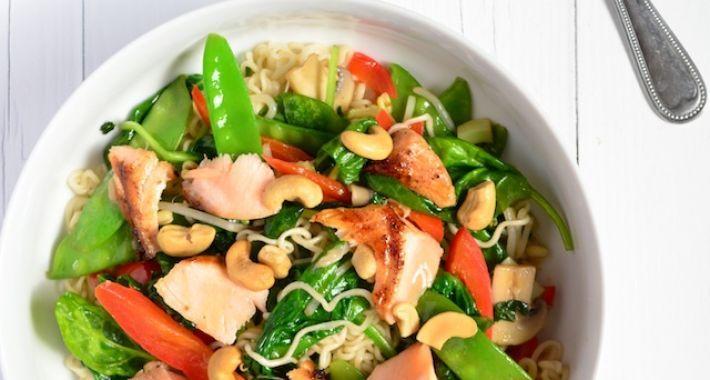 Een lekker en makkelijk recept voor noedels met zalm en spinazie.