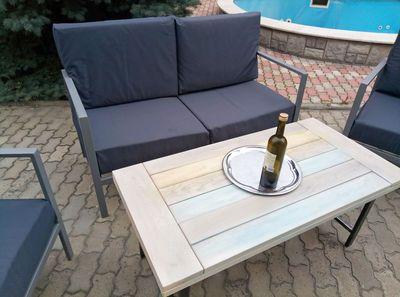 Металлический садовый диван с мягкими подушками. Красивая и функциональная модель. Такой диван можно поставить в саду загородного дома или в квартире стиля loft. Профильную трубу каркаса дивана обработано порошковой краской цвета из палитры RAL на вибор Заказчика. Мягкие подушки пошиты из водоотталкивающей ткани. Цвет ткани по желанию Заказчика.