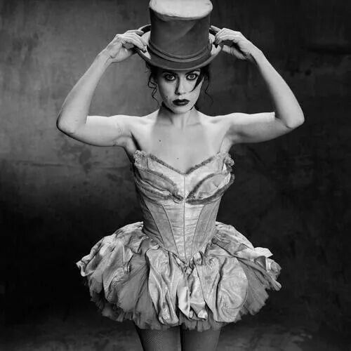 Fairuza Balk, love her and love the dress. She was even a little creepy in Return to Oz, one of my favourite films!