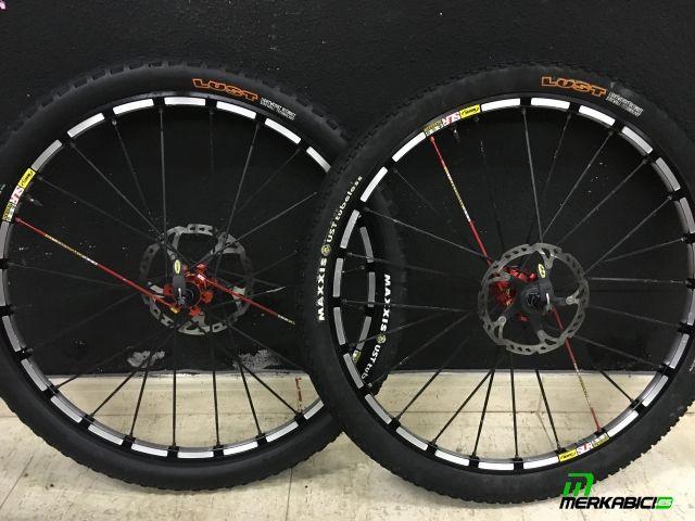 Juego de ruedas de montaña 26 mavic crossmax slr tubeless con neumaticos tubeless válvulas cierres mavic y discos shimano xt 180 y 160 299€ tel 635984507 bikes outlet nestor