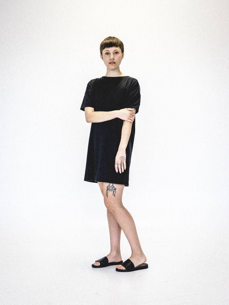 Robe minimaliste noire classique. Vêtement écoresponsable et fait au Québec par Vymoo. www.vymoo.com