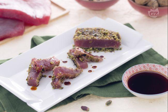 Ricetta Filetto di tonno in crosta di noci e pistacchi - Le Ricette di GialloZafferano.it