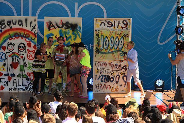Ellen picks a winner of the graffiti contest in Melbourne.