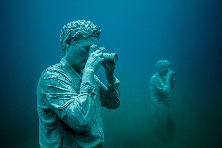 Hyperrealistic-Human-Sculptures-Submerged-in-Europe's-First-Underwater-Art-Museum-8