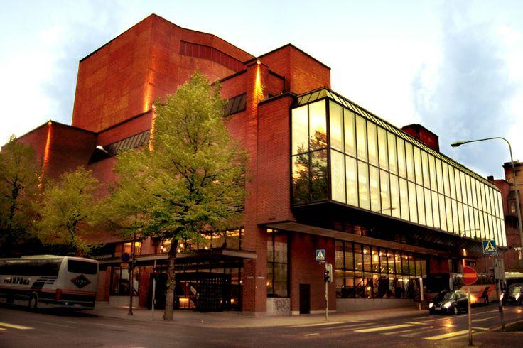 Teatterille valmistui vuonna 1985 Hämeenpuiston varteen arkkitehtikaksikko Marjatta ja Martti Jaatisen suunnittelema uusi rakennus. Teatteri toimi sitä ennen Hämeenpuiston varrella sijaitsevassa Tampereen työväentalossa, jossa sijaitsee yhä teatterin Vanha päänäyttämö ja Kellariteatteri.