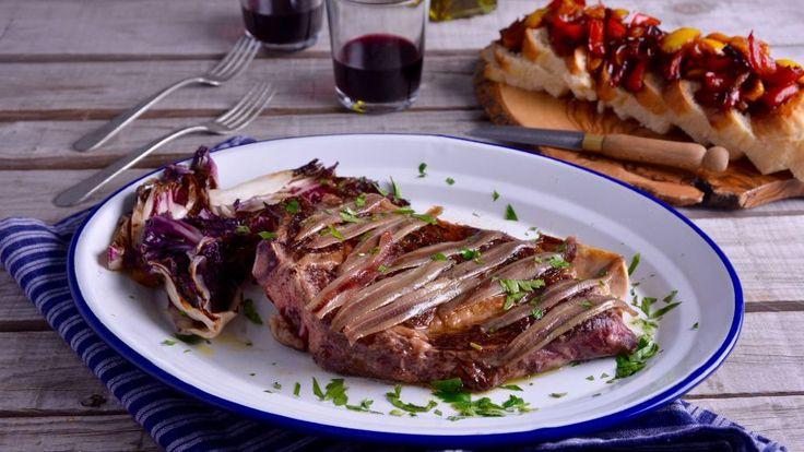 Receta | Chuletón sazonado con anchoas y radicchio a la parilla y mermelada de pimientos picantes con pan brioche - canalcocina.es