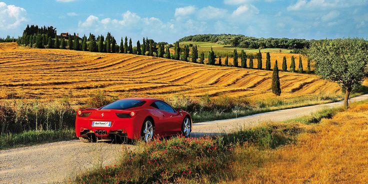 Italia, najpiękniejsze z możliwych miejsc na świecie. Piękne słońce, przemili ludzie, niepowtarzalne krajobrazy... Ferrari pozwala poczuć wiatr we włosach, a słoneczne promienie muskają twarz... To właśnie tu spełniają się marzenia. A dzięki temu samochodowi można bez przeszkód podziwiać jedyne w swoim rodzaju widoki. To miejsce mogę bez zawahania polecić wszystkim, którzy szukają odpoczynku od biegu i zmartwień. Którzy poszukują drogi do samego siebie.
