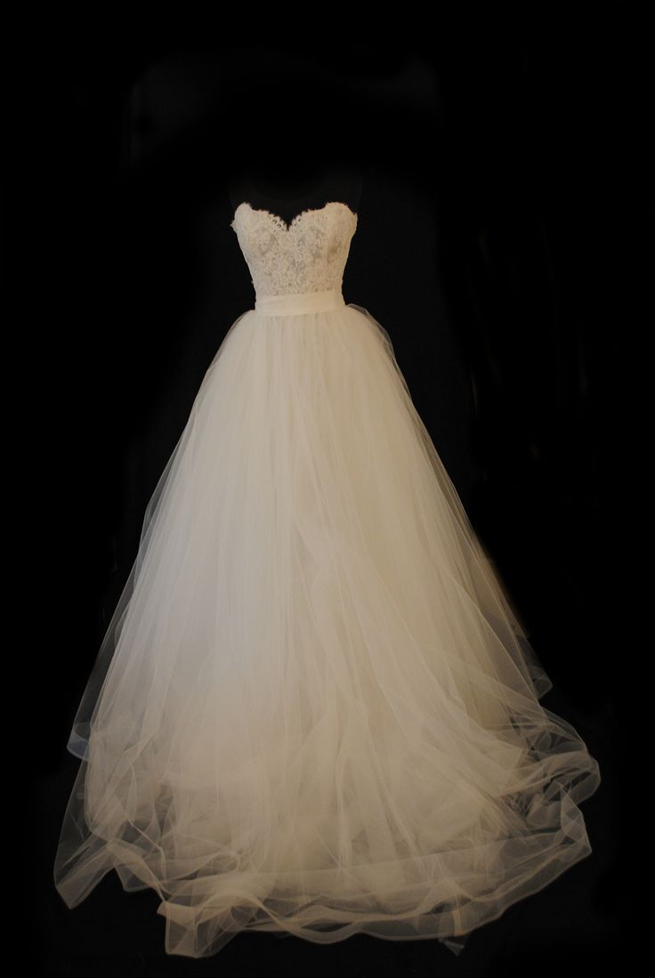 So pretty! High waist, tulle skirt, lace sweetheart top, ball gown, wedding dress. I usually don't like tulle...