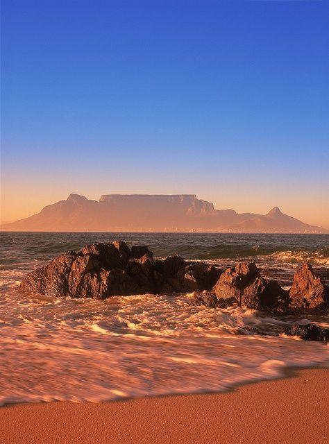 Cape Town recebe muitas turistas por suas belezas naturais e pela Ilha Robben, lugar onde Nelson Mandela ficou preso por 27 anos. O país exige penas passaporte válido e a imunização contra a febre amarela.