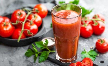 Eine tomatenreiche Ernährung reduziert das Hautkrebsrisiko um 50 Prozent. Erneut zeigt sich, wie eine gezielte Ernährung das Krebsrisiko beenflussen kann. Zwar scheint das Carotinoid Lycopin einer der Hauptwirkstoffe zu sein, doch weiss man, dass eine Nahrungsergänzung mit Lycopin nicht annähernd so gut als Hautschutz wirkt wie der Verzehr einer kompletten Tomate.