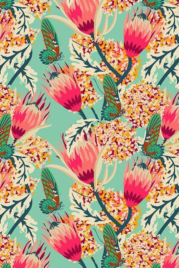madamoiselle_palais_butterfly von holli_zollinger – Rosa Blumenmuster auf einem türkis …