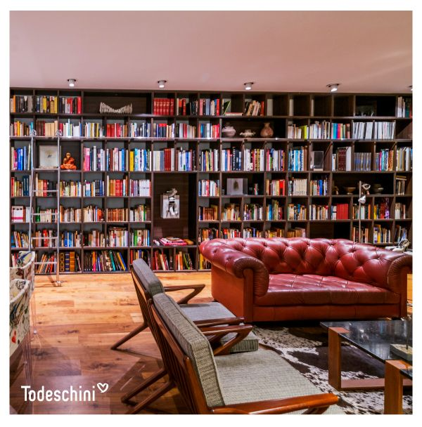 ¿Quién no ha soñado con una biblioteca como esta? Aquí las historias, los nuevos conocimientos y los mundos por descubrir son protagonistas.  #Diseñodeinteriores #Decoración #Todeschini #ambientes #mueblesamedida #arquitectura #biblioteca