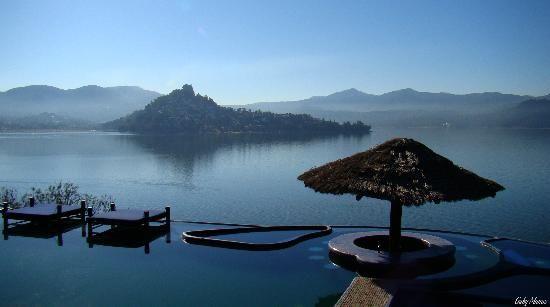 Arquitectura_Santuario_Hotel_Valle de Bravo_7_vista_pueblo_peña