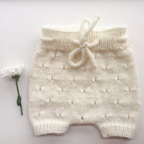LUNA med huller ❤️ Opskriften koster 40,- og købes ved at sende pengene via Mobilepay til 28498970 og skrive LUNA m. huller + din mailadresse i 'besked til modtager'. Så sender vi opskriften hurtigst muligt  #strik #babytøj #børnetøj #babytøjtilsalg #bloomers #tvillingerabat #hjemmestrik #tøjtildemindste #striktildemindst #gaveide #barselsgave