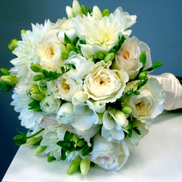 Чудесный букет невесты, который подчеркнет вашу красоту в столь важный и счастливый день! Бутоньерка жениха в стиль букета - В ПОДАРОК!