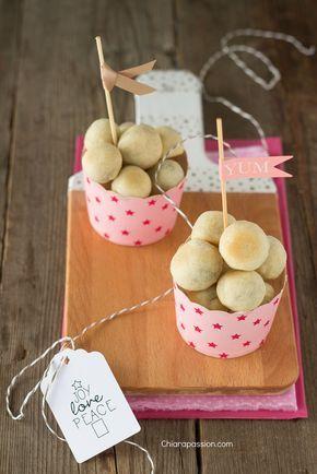 Le olive in crostasono il finger food perfetto: stuzzicanti, si mangiano con le mani, si possono preparare in anticipo e sono buonissime!!! Sono come le ciliegie, una tira l'altra, inoltre sono simpatiche da servire perché fino a quando non si mordono il ripieno non viene svelato. Le olive in cro