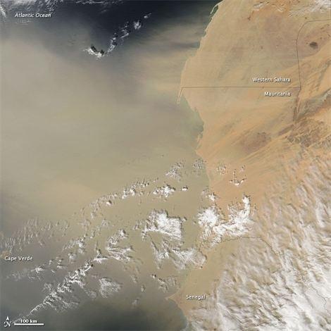 Una gran tormenta de polvo sale del Sáhara, vista desde el espacio...