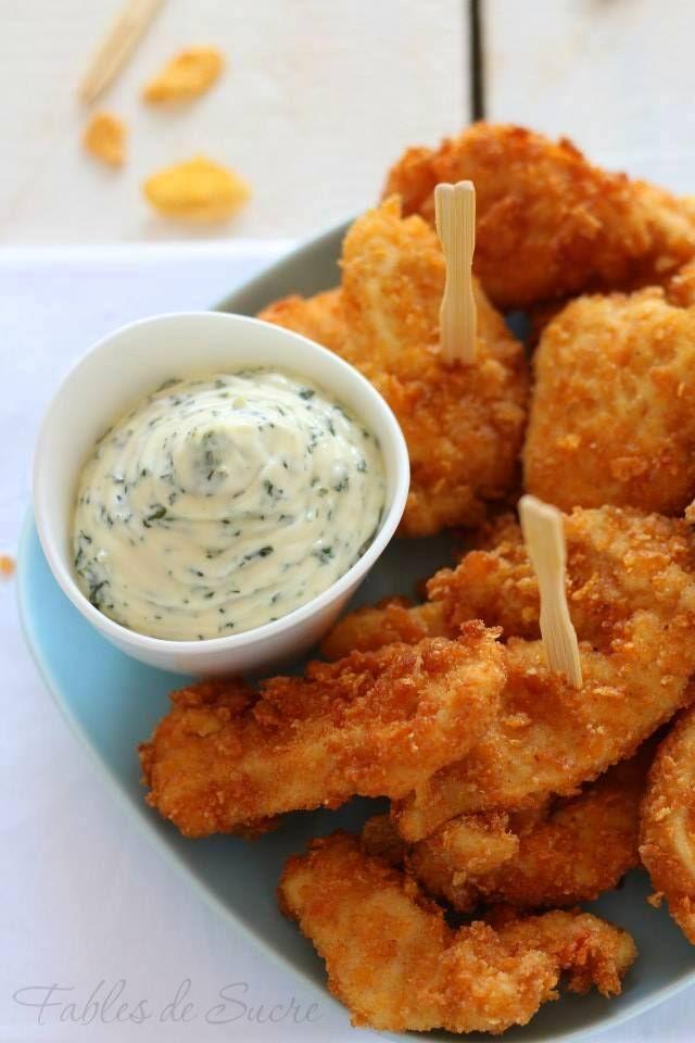 Pollo fritto croccante e salsa di rucola. Bocconcini da mangiare con le mani sfiziosi e carini, che faranno contenti, ma soprattutto sazi, grandi e piccini.