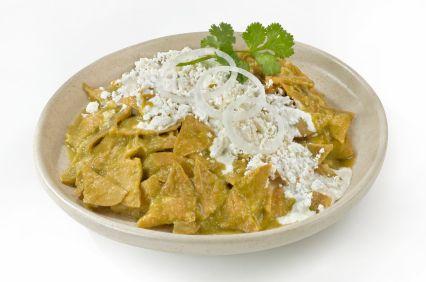 Este platillo de chilaquiles en salsa verde es un clásico desayuno Mexicano. Es delicioso al día siguiente de una buena fiesta acompañado de una coronita bien fría.