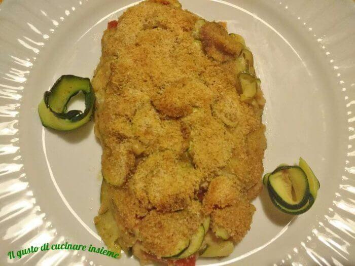 La trota salmonata in crosta di zucchine è un secondo facile da preparare. Si può realizzare con un qualsiasi tipo di pesce.E' molto leggero e buonissimo grazie alla crosticina che si forma in superficie dovuta al pan grattato.INGREDIENTI:150 grammi di filetto di trota salmonata5-6 pomodorini ciliegino2 zucchine mediepan grattatosaleaglioprezzemolopepeolio extra vergine di olivaPROCEDIMENTO:Tagliare le zucchine a rondelle.Condirle con olio e sale.Prenderne una parte e distribuirle su una…