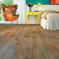 Parece madeira, mas é piso vinílico! À base de PVC reciclável, é indicado para ambientes internos secos e possui sistema de instalação por encaixe, que dispensa cola. Este piso pode ser encontrado na já tradicional marca de laminados e rodapés Durafloor, da Duratex.