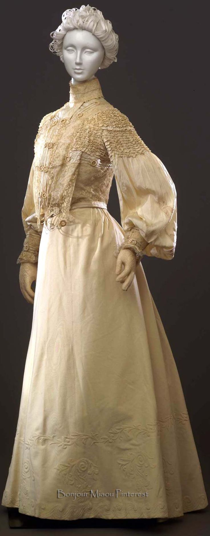 Dress ca. 1903–04. Two pieces; ivory taffeta with mechanical lace jabot, soutache, and organza ruffles. Photo: Gabinetto fotografico SBAS, Antonio Quattrone. Costume Gallery of the Pitti Palace via Europeana Fashion