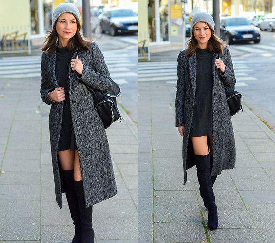Overknees gecombineerd met een grijze wollen jas