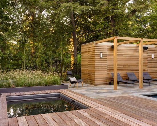 Выдающиеся фото от архитекторов и дизайнеров интерьера: прямоугольный бассейн в современном стиле c джакузи и дорожками в виде настила