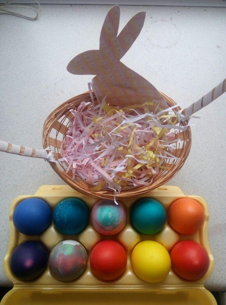 Пасхальный кролик и крашеные яйца в корзине