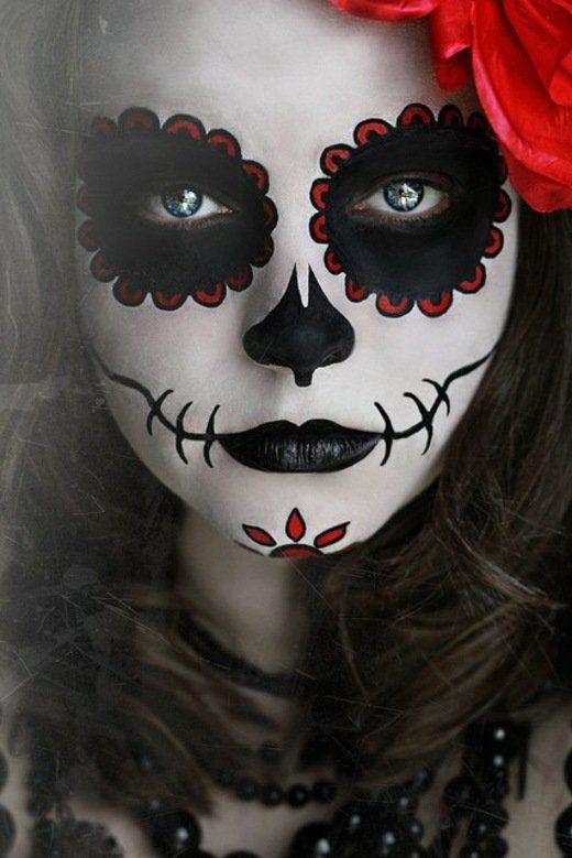 une fille et son maquillage d'Halloween noir et blanc