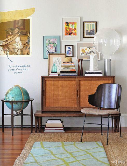 Mid Century Modern decor | via Rue Magazine Het gaat mij om de wereldbol, ik denk dat Nelle er 1 moet hebben....