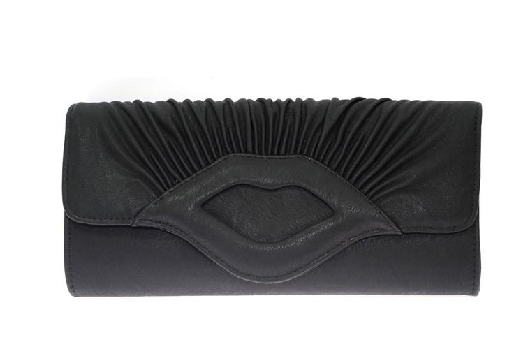 Clutch fruncido. Polipiel color negro. Rígido. Detalle central en forma de beso    Medidas 14 cm x 28,5 cm x 5 cm  Ref.: AG7099N  http://www.meigallo.com/