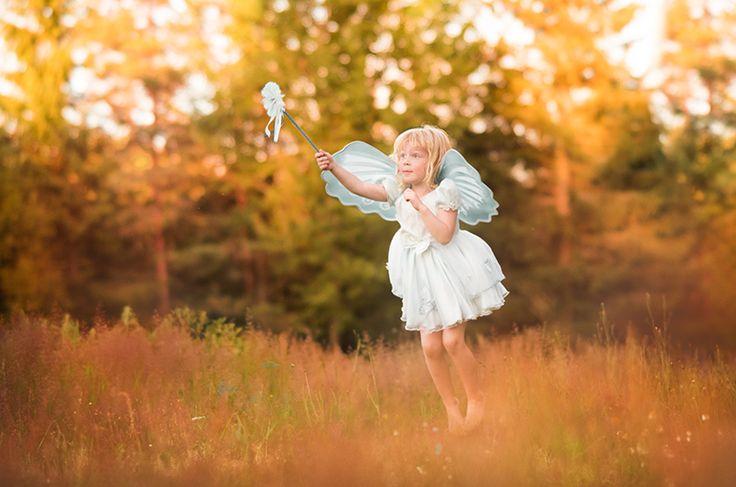 Älva. Äng. Sagobild. Saga. Fairytale. Fairy. Flying fairy. Fairy wings. Fairy wand. By Swedish photographer Maria Lindberg.