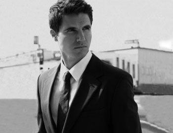 "O καναδός ηθοποιός Robbie Amell συμμετείχε στο concept ""Likethere's no tomorrow"" για το cover story August Man magazine."