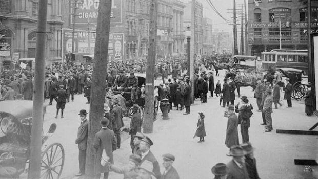 Un défilé anti-conscription dans les rues de Montréal en mai 1917