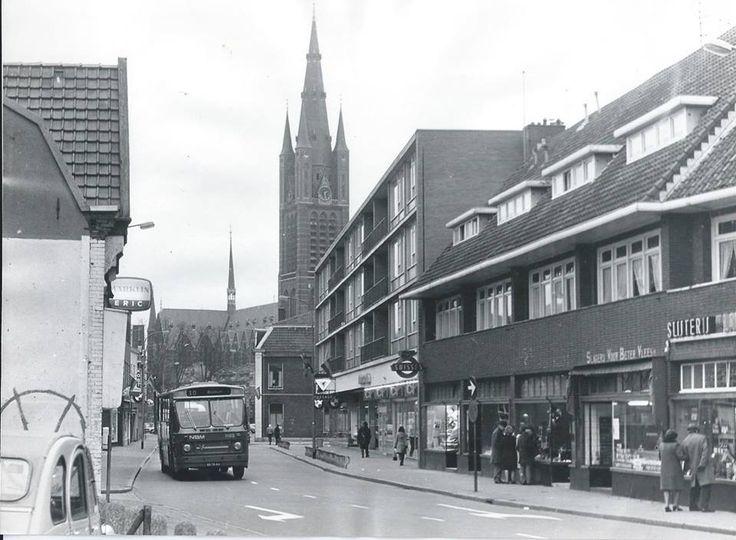 """Langestraat met Vituskerk. Rechts op foto naast links van de slagerij was banketbakkerij """" de Keizer der Allerhande"""" gevestigd van mijn oom Frits en tante Annie van Vliet."""
