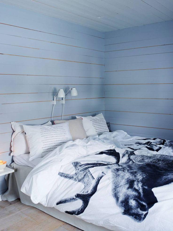 VAR KJØKKEN: Soverommet, som tidligere var kjøkken, er malt i fargen Frostet Glass fra Jotun. Sengetøy med dyreprint fra hviit.no. Styling: Tone Kroken.