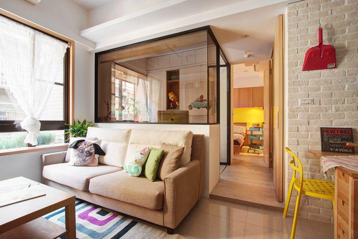 O projeto para um casal fica em Taipei, China, e ganhou ambientes integrados além de um décor com muita madeira e toques de cores vibrantes