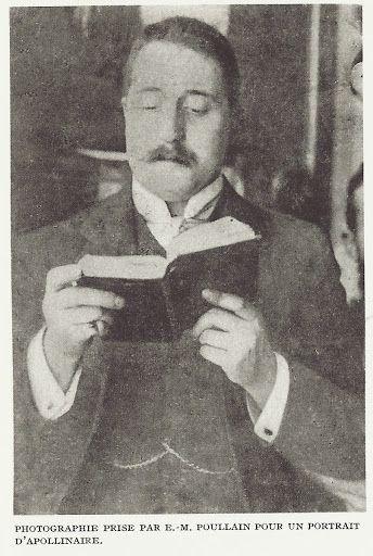 Guillaume Apollinaire avec un livre (E.-M. Poullain)