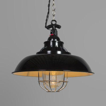 Hanglamp Strijp S zwart - Stoere hanglamp met een industriële uitstraling door onder andere het kleine glas met het metalen verchroomde rooster dat als bescherming dient voor de lichtbron. Details als het geëmailleerd metaal en een gedraaide stoffen kabel geven deze lamp een nostalgische 'look'.