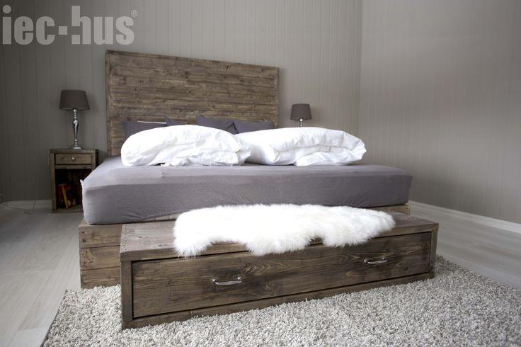 Soverom, hjemmesnekret seng, interiør.   http://iec-hus.no/