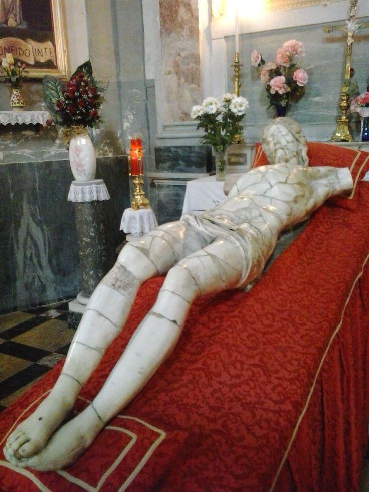 Il Cristo del Naccherino. Caduto dal crocifisso per un incendio nel 1923 fu ricomposto dagli abitanti del quartiere Stella/ Sanità