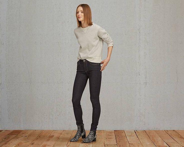 Notre jean Empire Skinny de la collection Levi's® Made & Crafted™ est l'un de nos jeans les plus pratiques. Il se porte juste en dessous de la cambrure naturelle de la taille et possède des jambes étroites qui mettent en valeur la plupart des morphologies. Son denim très extensible et résistant offre l'aisance nécessaire aux endroits stratégiques, mais reprend prestement sa forme d'origine pour valoriser la silhouette. Nous l'avons importé des filatures turques Orta, un fabricant de denim…