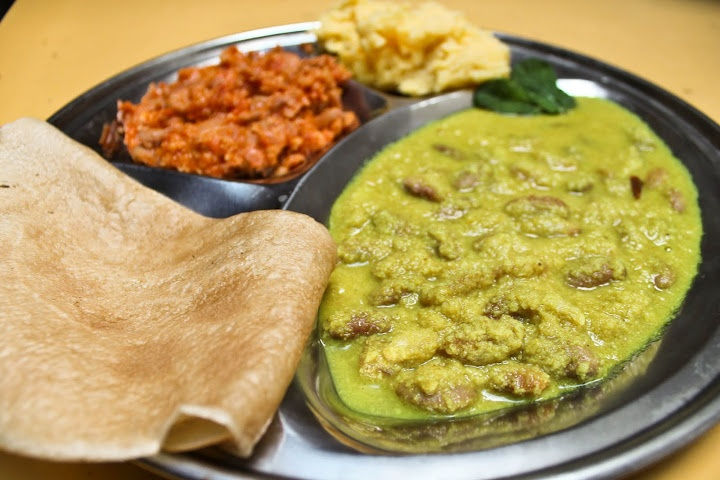 Afrikanisches Fladenbrot mit Bohnen in Erdnuss-Soße und mit Kokos @ Veganitäten