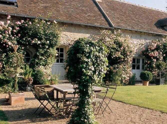 Visitez cette vieille ferme pleine de caractère et de charme. La déco simple et romantique donne des airs de vacances à la demeure.